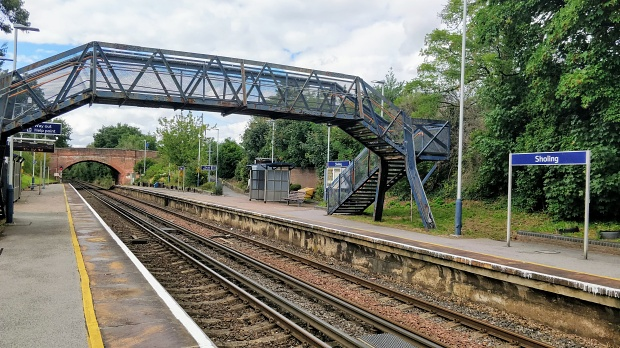 Sholing station: two platforms, two tracks between and a footbridge over the tracks